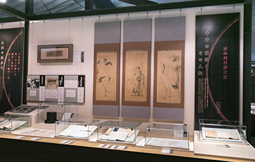Exhibits include a set of three paintings by Kanō Tan'yū, one of the foremost painters in the Edo Period. The central painting depicting Jurojin, the god of longevity, is flanked by paintings of cranes to the left and right. The paintings were given to Hirose by the house of Sumitomo as a commemorative gift upon his retirement.